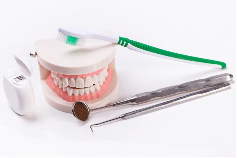 odrzavanje-zuba-cetkica-proteza-konac-za-zube-oralna-higijena