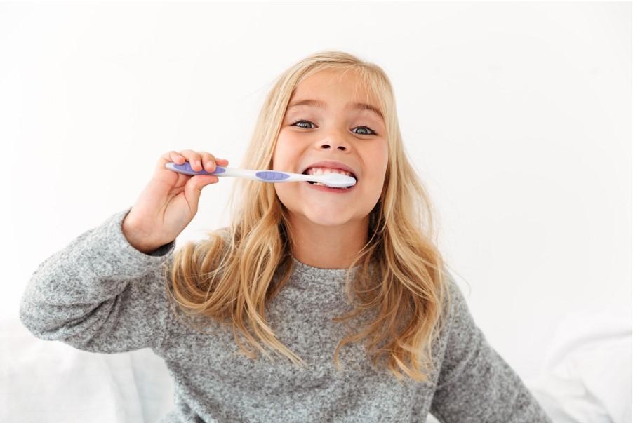 karijes-kod-dece-devojcica-pere-zube-dete-pranje-zuba